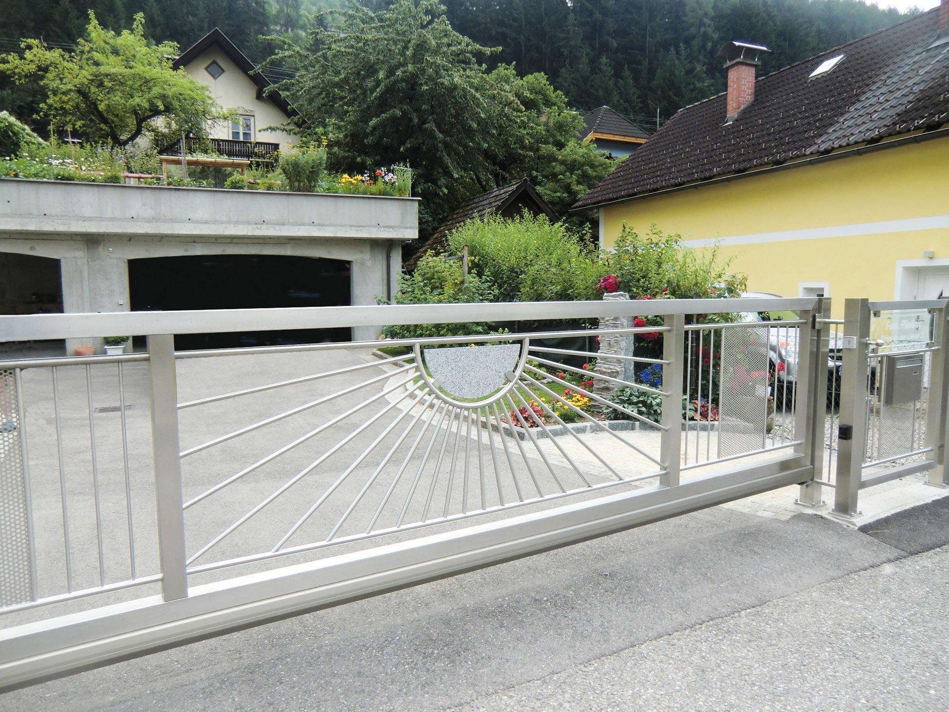 ZE Heidelberg 01   automatisches Edelstahl-Schiebetor, Sonnendekor und Stein   Svoboda Metalltechnik