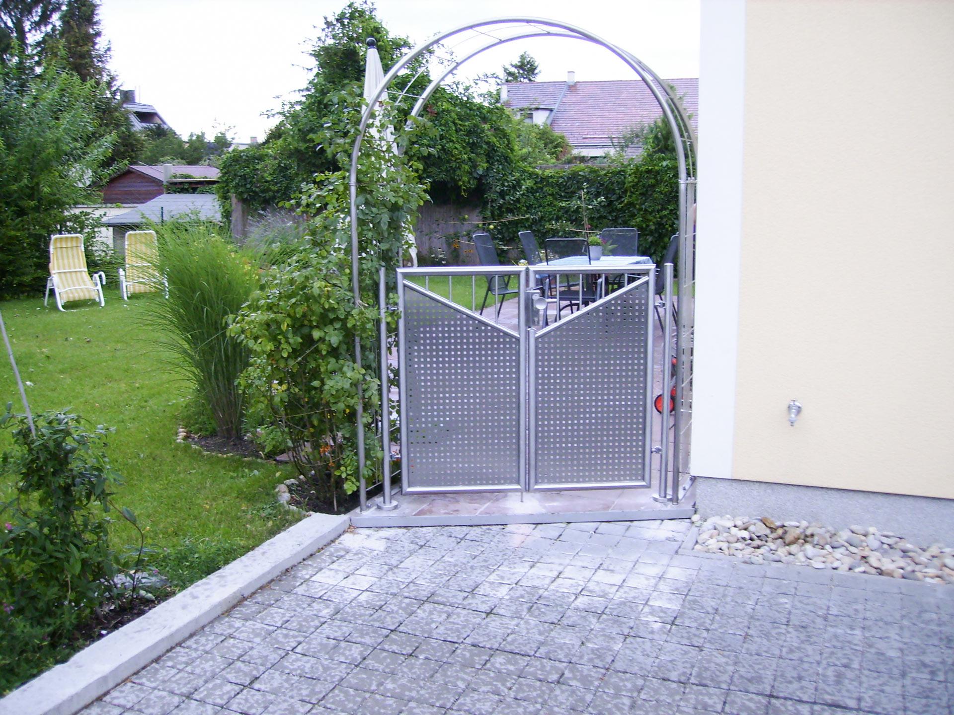 ZE Leibzig 01 | Edelstahlgartentür zweiflügelig mit Lochblech und Stäben | Svoboda Metalltechnik