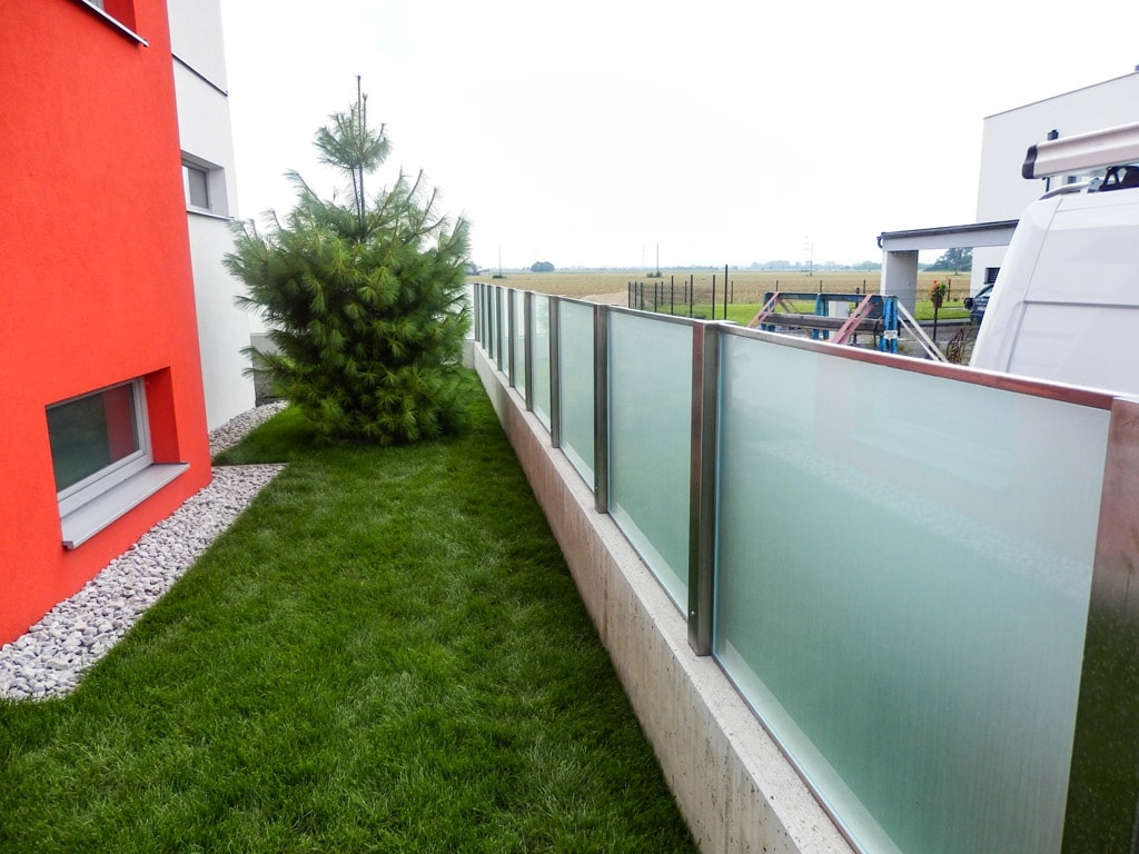 ZE München 01 b | modernes Geländer aus Nirosta und Milchglas auf Mauer | Svoboda Metalltechnik