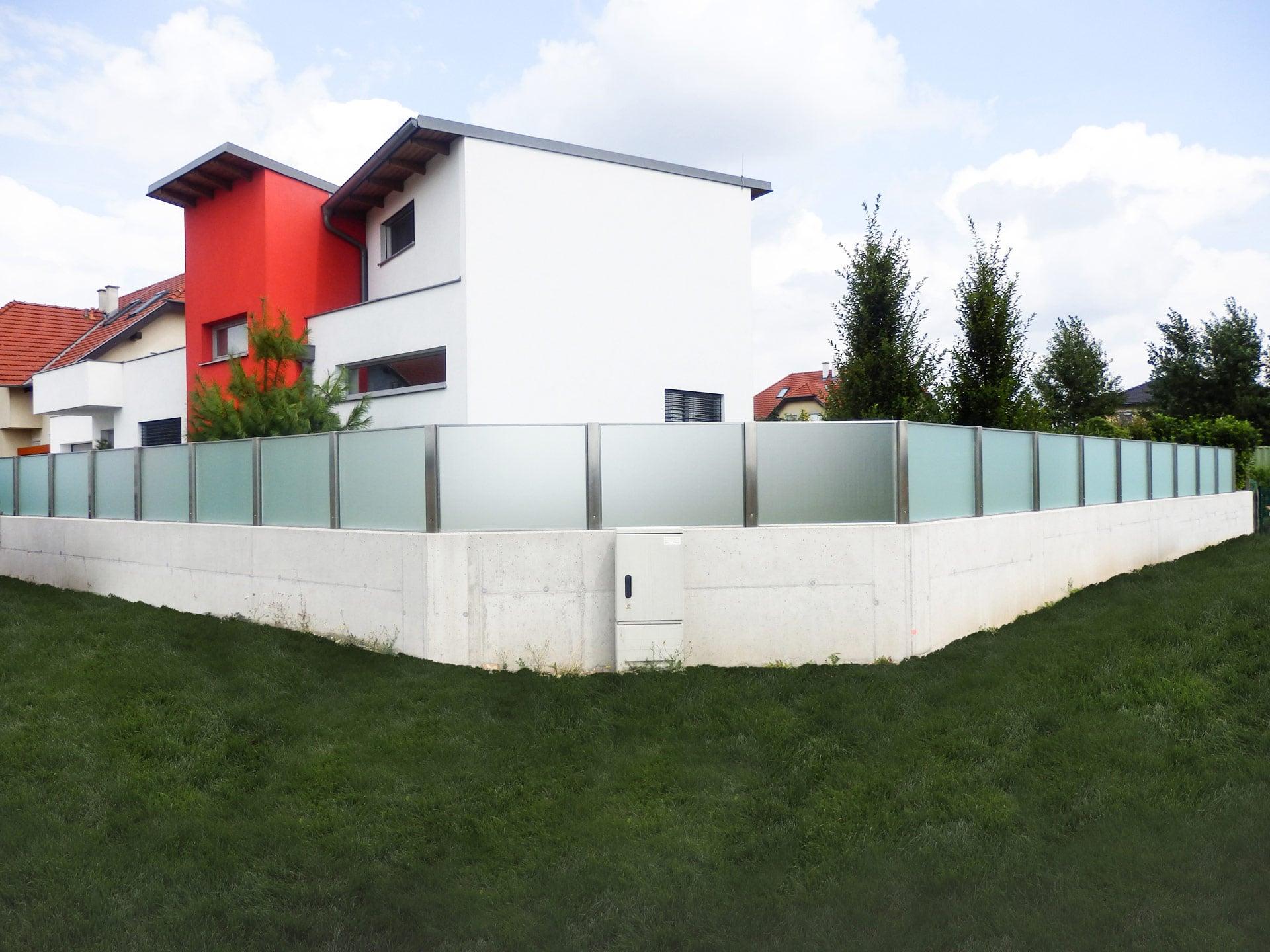 ZE München 01 | moderner Edelstahl-Glas Zaun auf Mauer, Milchglas | Svoboda Metalltechnik