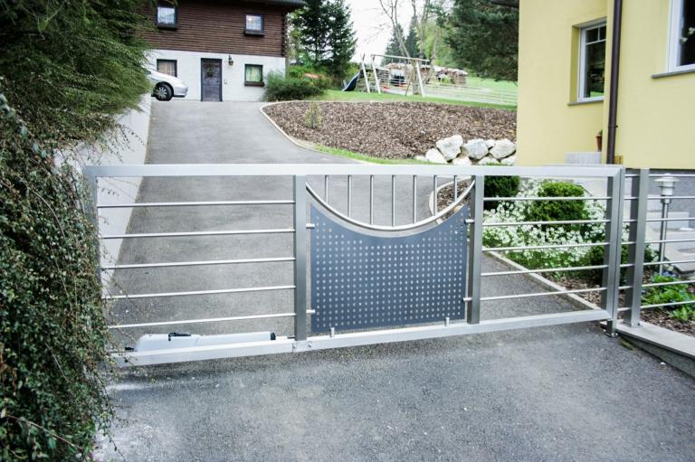 ZE Sonder 01 a | Einflügeliges elektrisches Drehtor aus Niro, Stäbe, Lochblech | Svoboda Metalltechnik