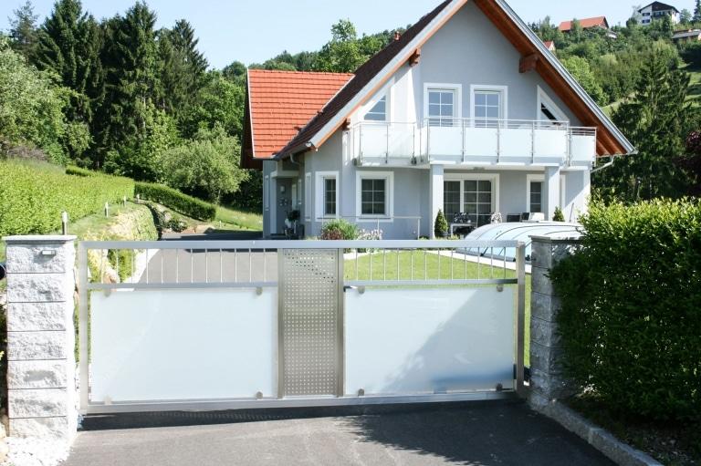 ZE Sonder 04 | Edelstahl-Glas-Drehtor einflügelig bei Einfahrt | Svoboda Metalltechnik