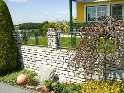 ZE Stuttgard 01 | Zaun mit vertikalen Edelstahlstäben und grünem Lochblech | Svoboda Metalltechnik