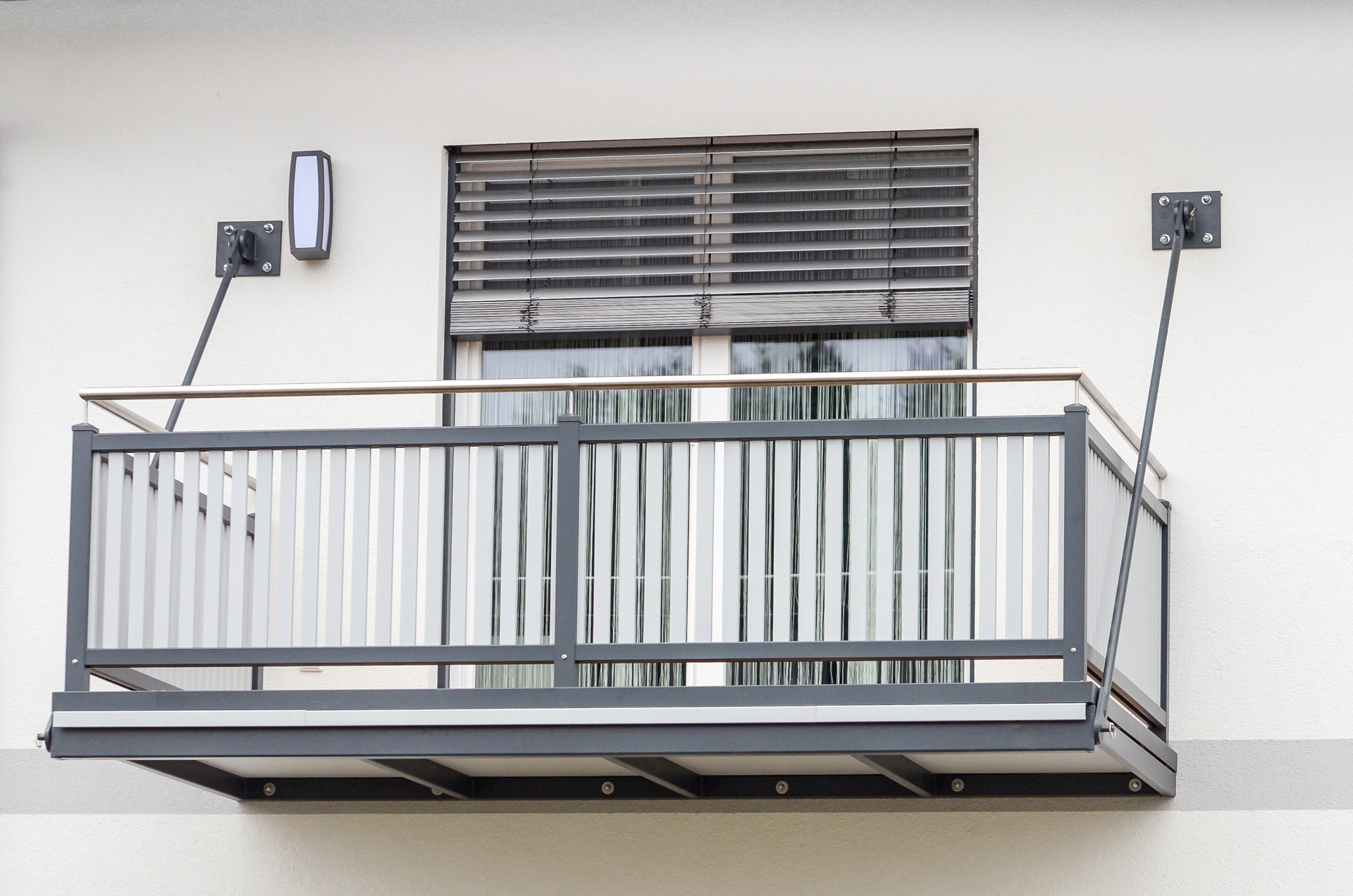 Zubau 05 a | selbstragender, an Wand aufgehängter Balkon aus Alu grau mit Latten-Geländer | Svoboda