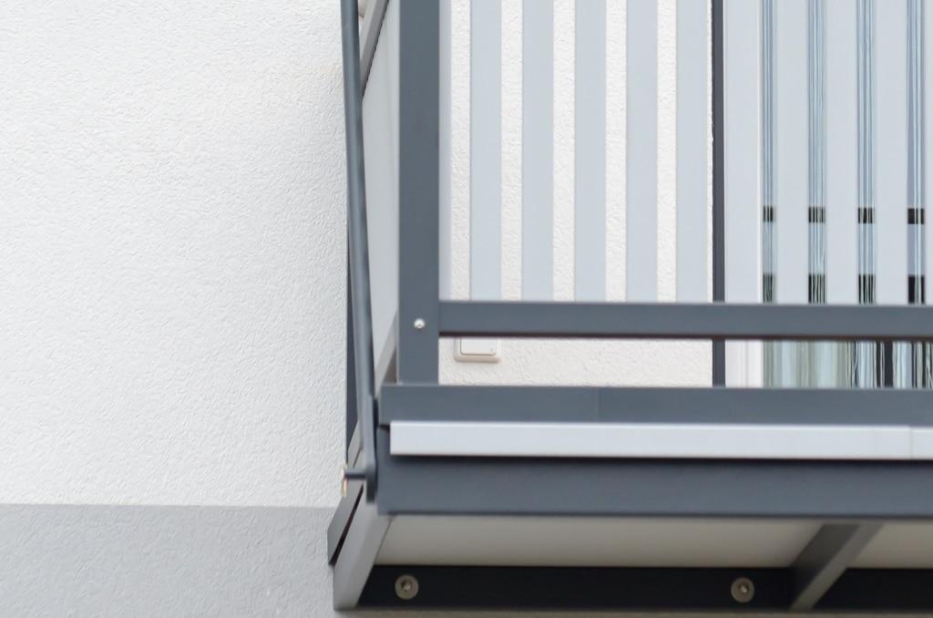 Zubau 05 b | Balkonzubau an Wand aufgehängt, Befestigung an Bodenplatte Nahaufnahme | Svoboda