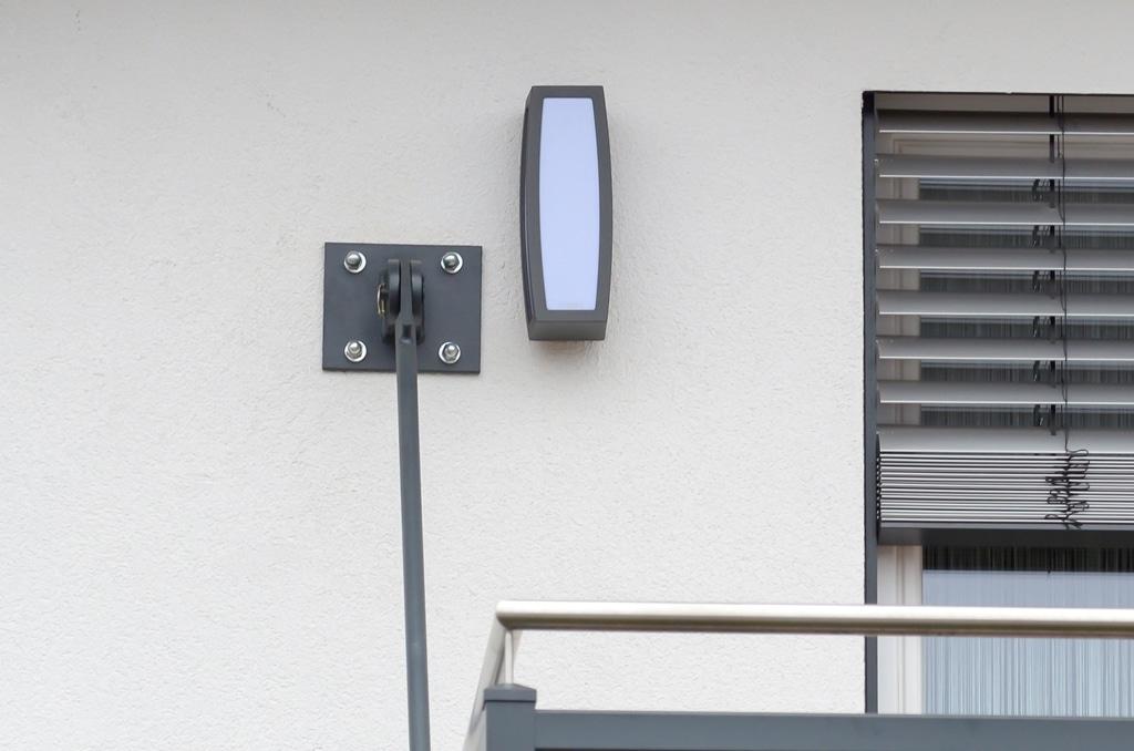 Zubau 05 b | Balkonzubau an Wand aufgehängt, Wandbefestigung Nahaufnahme | Svoboda Metalltechnik
