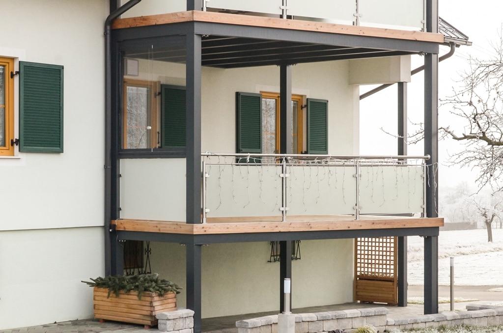 Zubau 09 a | Terrassenzubau zweistöckig, graue Alukonstruktion und Holzboden, Nirogeländer | Svoboda