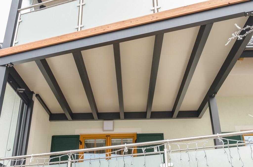Zubau 09 c | Unteransicht Balkonzubau aus dunkelgrauen Alu-Sparren + weiße Bodenplatte | Svoboda