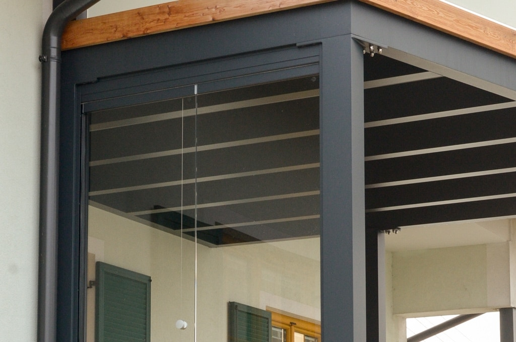 Zubau 09 c | seitliche Unteransicht Balkonzubau aus dunkelgrauem Alu als Terrassendach | Svoboda