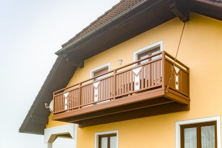 Zubau 12 | mit Seilen aufgehängter Alu-Balkonzubau selbsttragend, Alugeländer braun-weiß | Svoboda