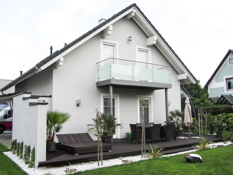 Zubau 14 a | nachträglicher Anbaubalkon aus Alu grau mit Niro-Glas-Geländer, graues Haus | Svoboda