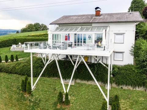 Zubau 17 e | Drohnenbild weiße XXL-Terrasse aus Alu mit Sommergarten und Alu-Glas-Geländer| Svoboda