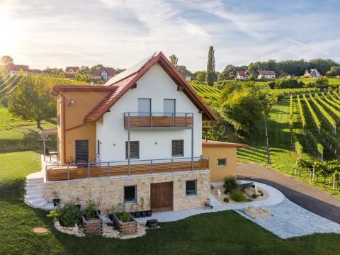 Zubau 18 a | Aluminiumanbaubalkon und Balkongeländer-Anlage grau-Holzdekor bei gelbem Haus | Svoboda