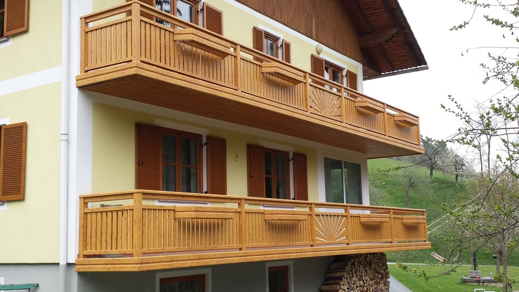 Amstetten 09 H c | Kiefer-Balkon Alu beschichtet, Lattenfüllung und Sonne, Blumenkästen | Svoboda