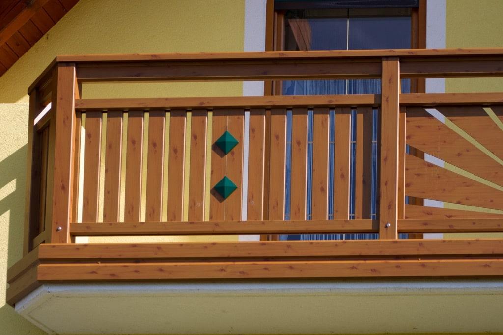 Amstetten 10 H c | Aluminium-Balkon braun, Lattenfüllung, Alu-Stirnblende, 2 Knöpfe grün | Svoboda