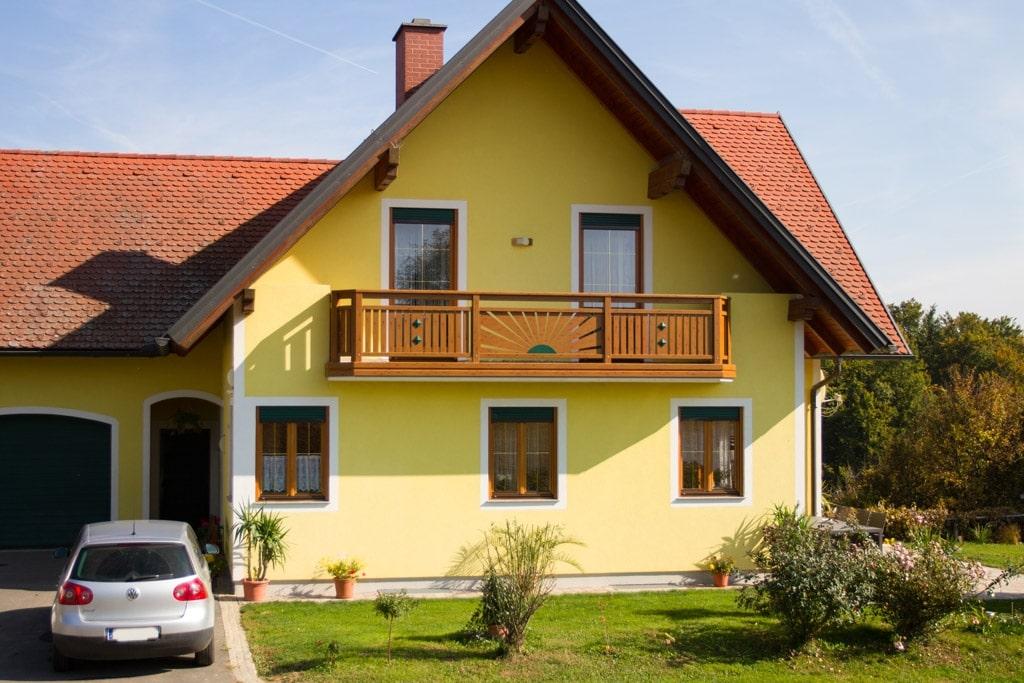 Amstetten 10 H e | Alu-Holzdekor-Geländer mit Sonnendekor mit Senkrecht-Latten, braun-grün | Svoboda