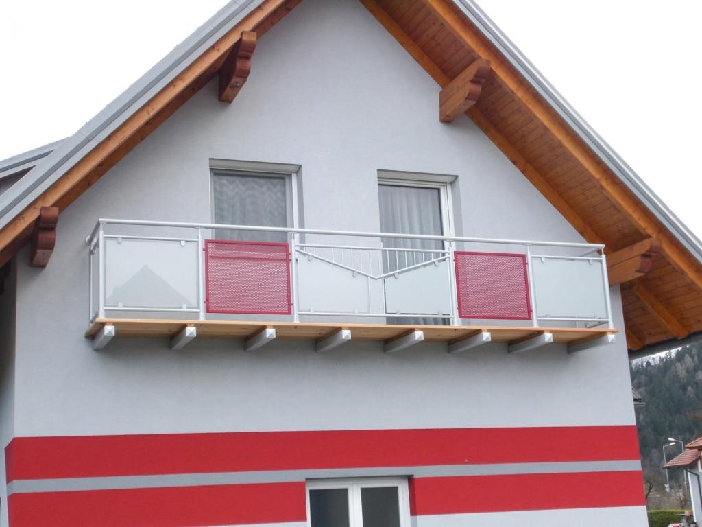 Anfsfelden 02 a | Aluminium-Balkon grau-rot mit Mattglas, Stabdekor & Lochblechen | Svoboda