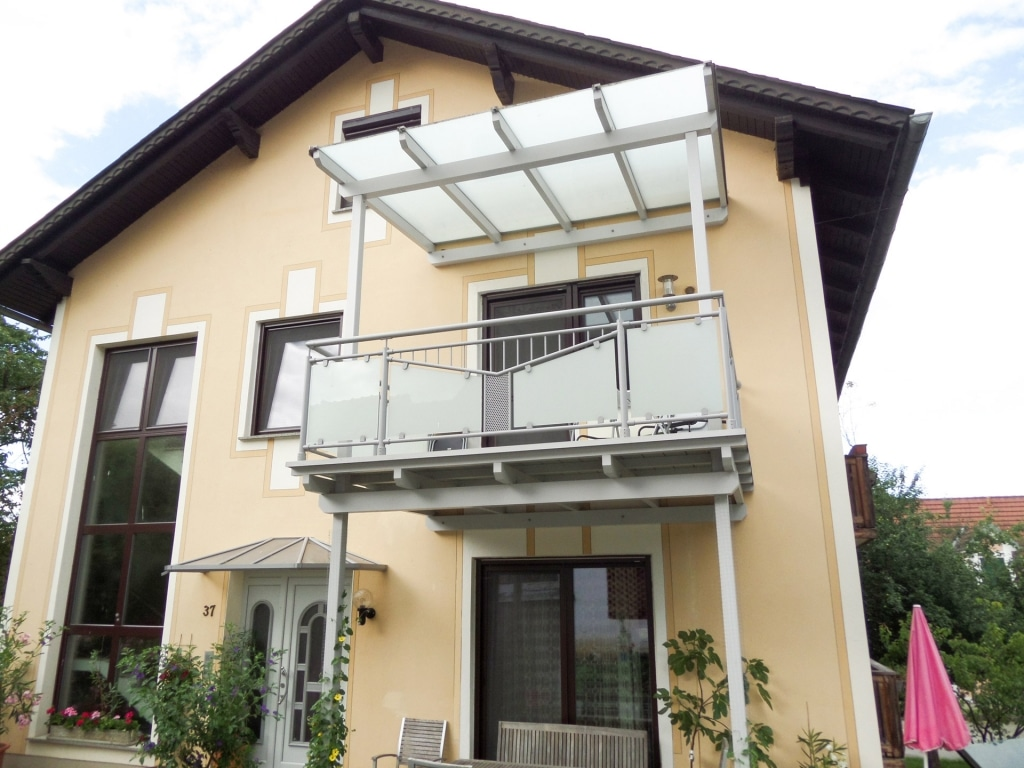 Ansfelden 04 | Alu-Geländer bei Anbaubalkon, Rundrohr-Rahmen mit Mattglas & Alu-Lochblech | Svoboda