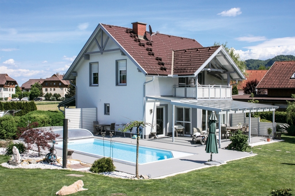 B Alu 06 c | hellgrauer Aluminium-Boden bei Terrasse und Pool, Aufnahme ganzes Haus | Svoboda