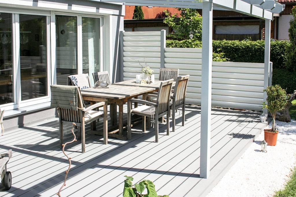 B Alu 06 e | grauer Terrassenboden aus Alu bei Esstisch-Sitzecke auf Terrasse | Svoboda