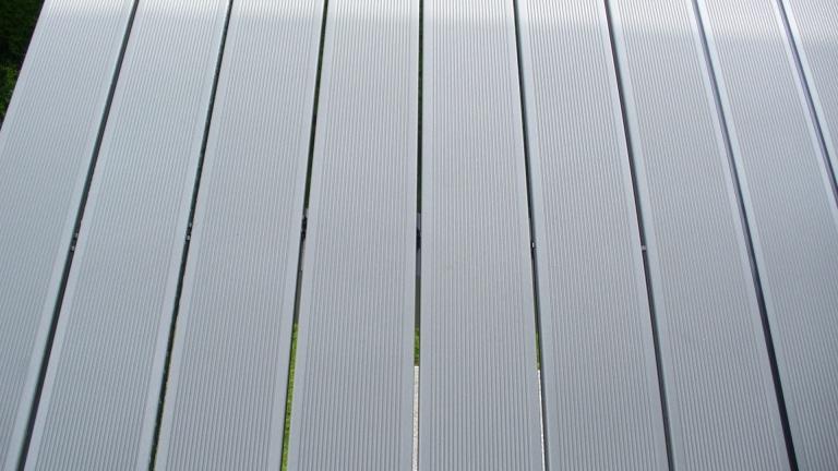B Alu 10 c | Bodendielen aus Alu in hellgrau bei Balkon mit Gummidichtung | Svoboda Metalltechnik