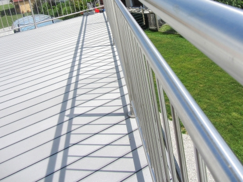 B Alu 12 a | Bodendielen aus Alu in hellgrau bei Balkon mit Gummidichtung | Svoboda Metalltechnik