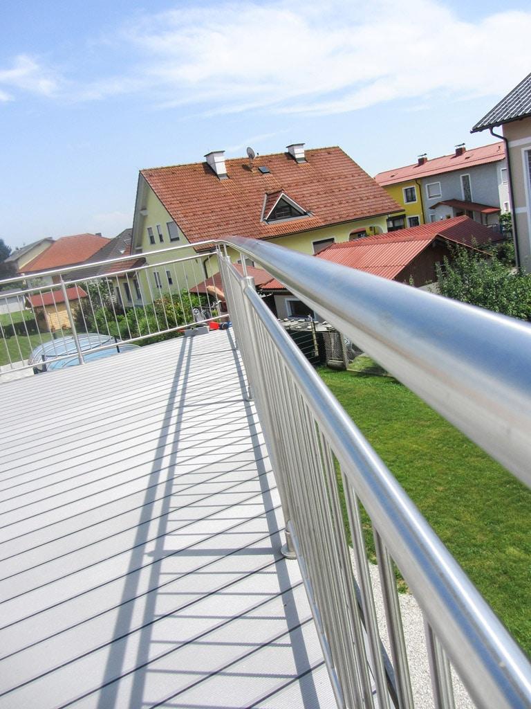 B Alu 12 a | hellgrauer Aluminiumboden bei Balkon mit Gummidichtung | Svoboda Metalltechnik
