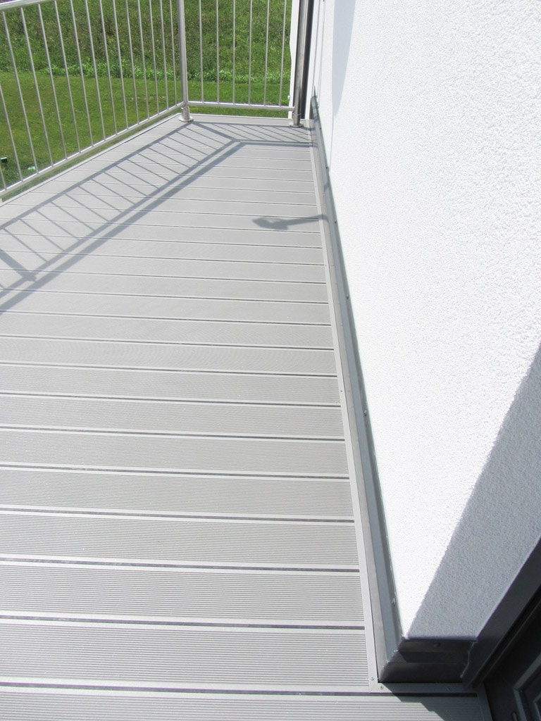 B Alu 12 b | hellgraue Alu-Dielen bei Balkon mit Gummidichtung | Svoboda Metalltechnik