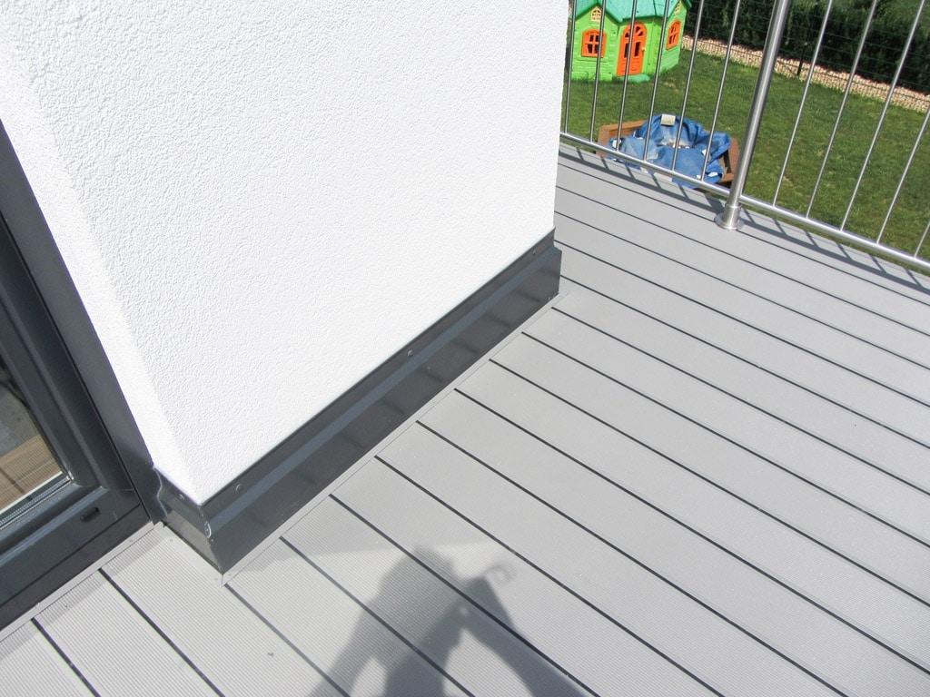 B Alu 12 c | hellgrauer Aluminiumboden bei Balkon mit Gummidichtung | Svoboda Metalltechnik