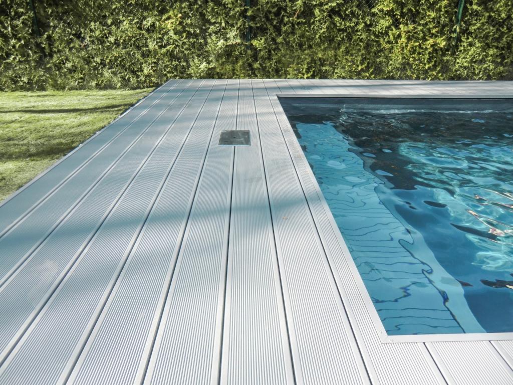 B Alu 13 a | Aluminiumbodenbelag bei Pool in hellgrau mit Anti-Rutsch-Rillen | Svoboda Metalltechnik