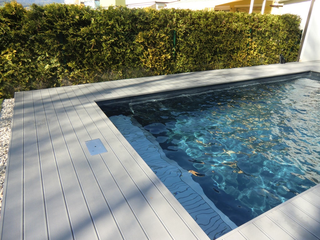B Alu 13 b | Outdoor-Bodenbelag aus hellgrauen Aluminium-Profilen mit Rillen bei Pool | Svoboda