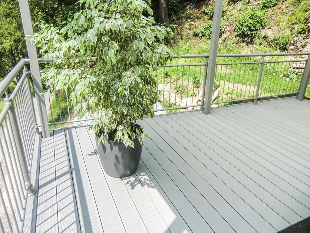 B Alu 14 a | hellgraue Alu-Terrassendielen mit Rillen im Außenbereich | Svoboda Metalltechnik