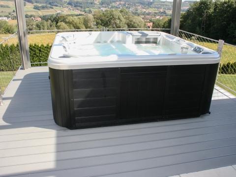 B Alu 15 a | hellgrauer Aluminium-Terrassenboden bei Whirlpool mir Rillen | Svoboda Metalltechnik