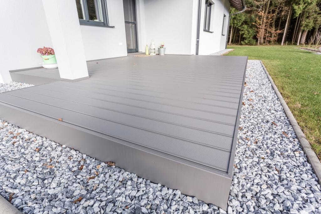 B Alu 16   Terrassenboden mit Unterkonstruktion aus Metall und grauem Alu-Bodenbelag   Svoboda