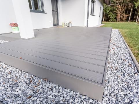 B Alu 16 | Terrassenboden mit Unterkonstruktion aus Metall und grauem Alu-Bodenbelag | Svoboda