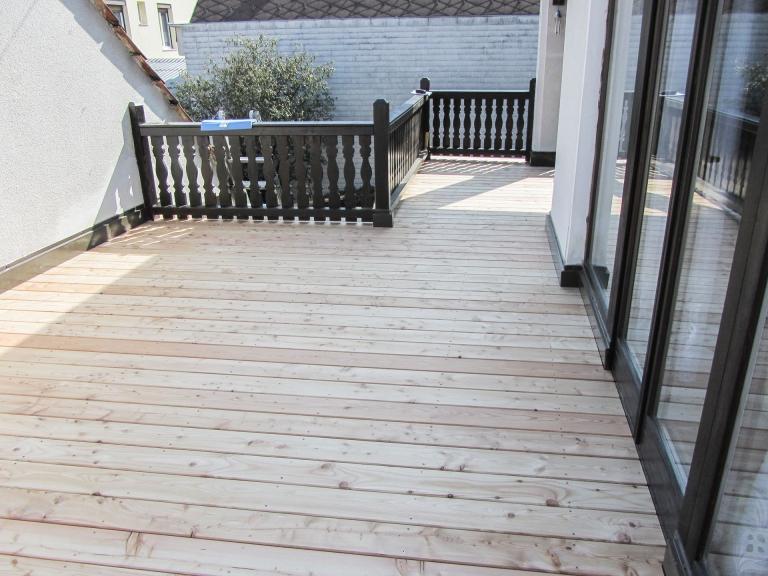 B Holz 03 a | Sibirische Lärche Echtolz-Boden auf Terrasse mit schwarzem Holzgeländer | Svoboda