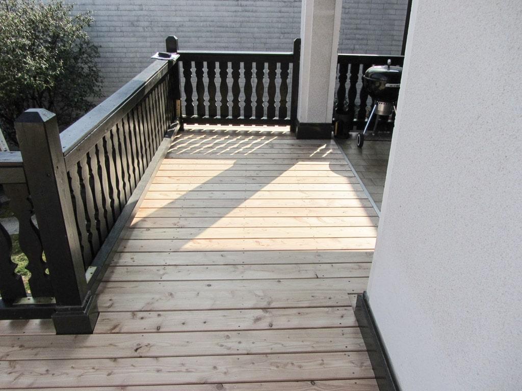 B Holz 03 b | Sibirische Lärche Echtolz-Boden auf Terrasse mit schwarzem Holzgeländer | Svoboda