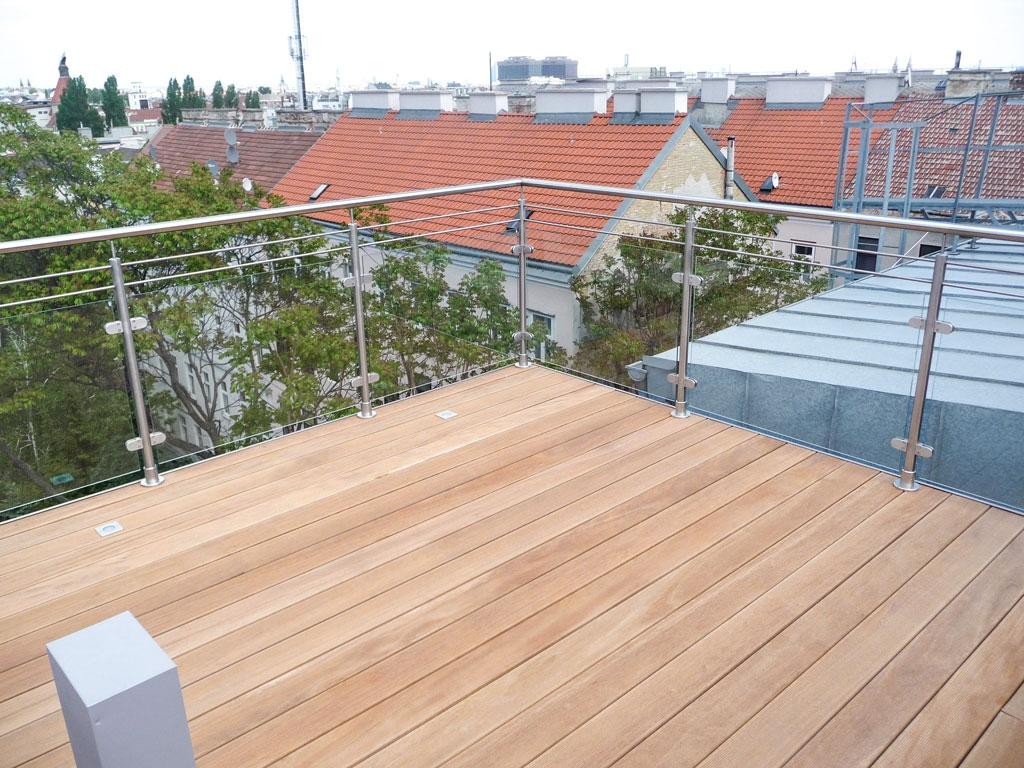 B Holz 05 a   Holz-Terrassenboden Bangkirai auf Dachterrasse mit Edelstahl-Glas-Geländer   Svoboda