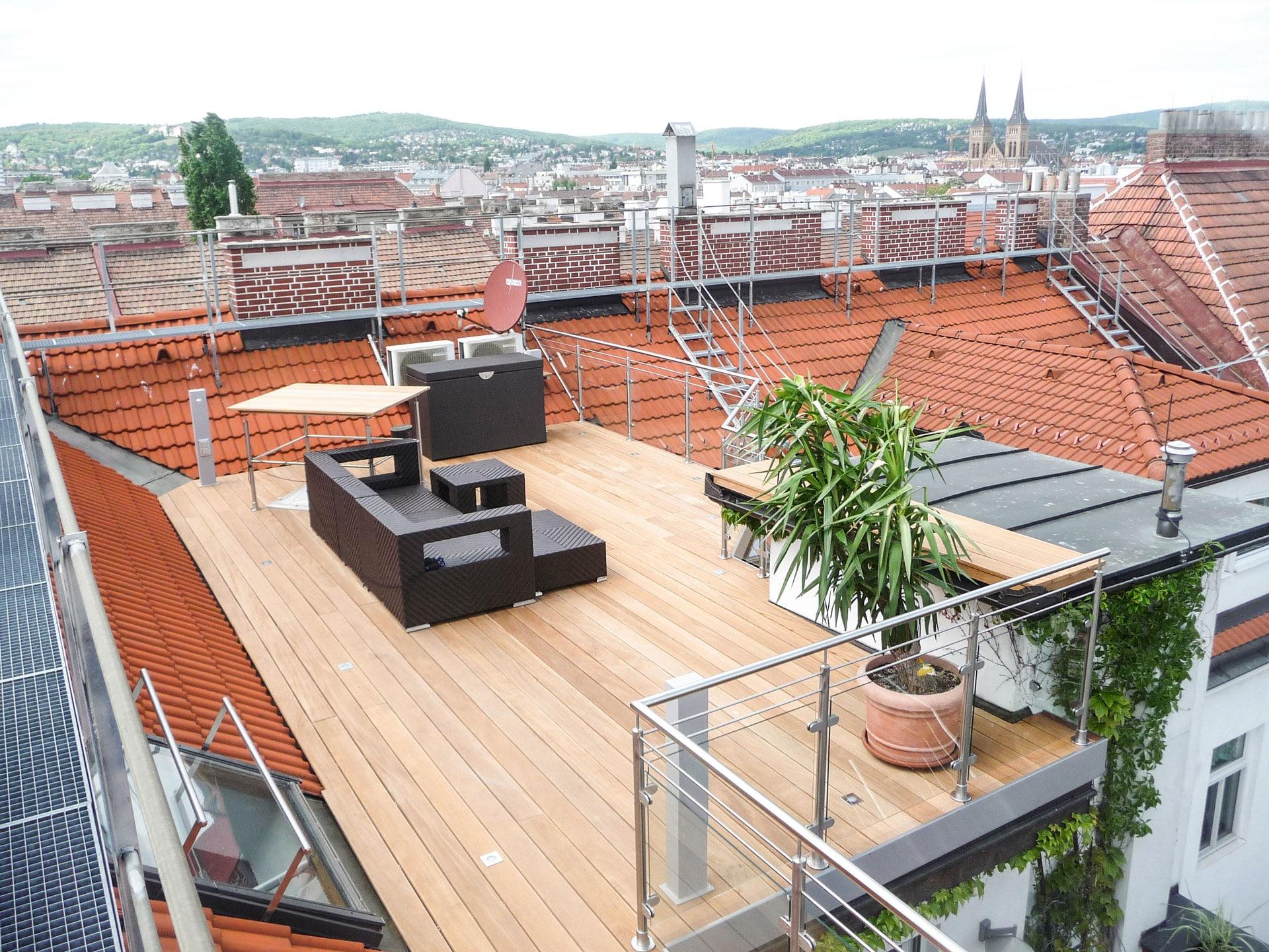 B Holz 05 b   hellbrauner Bangkirai Echtholz Terrassenboden auf Dachterrasse   Svoboda Metalltechnik