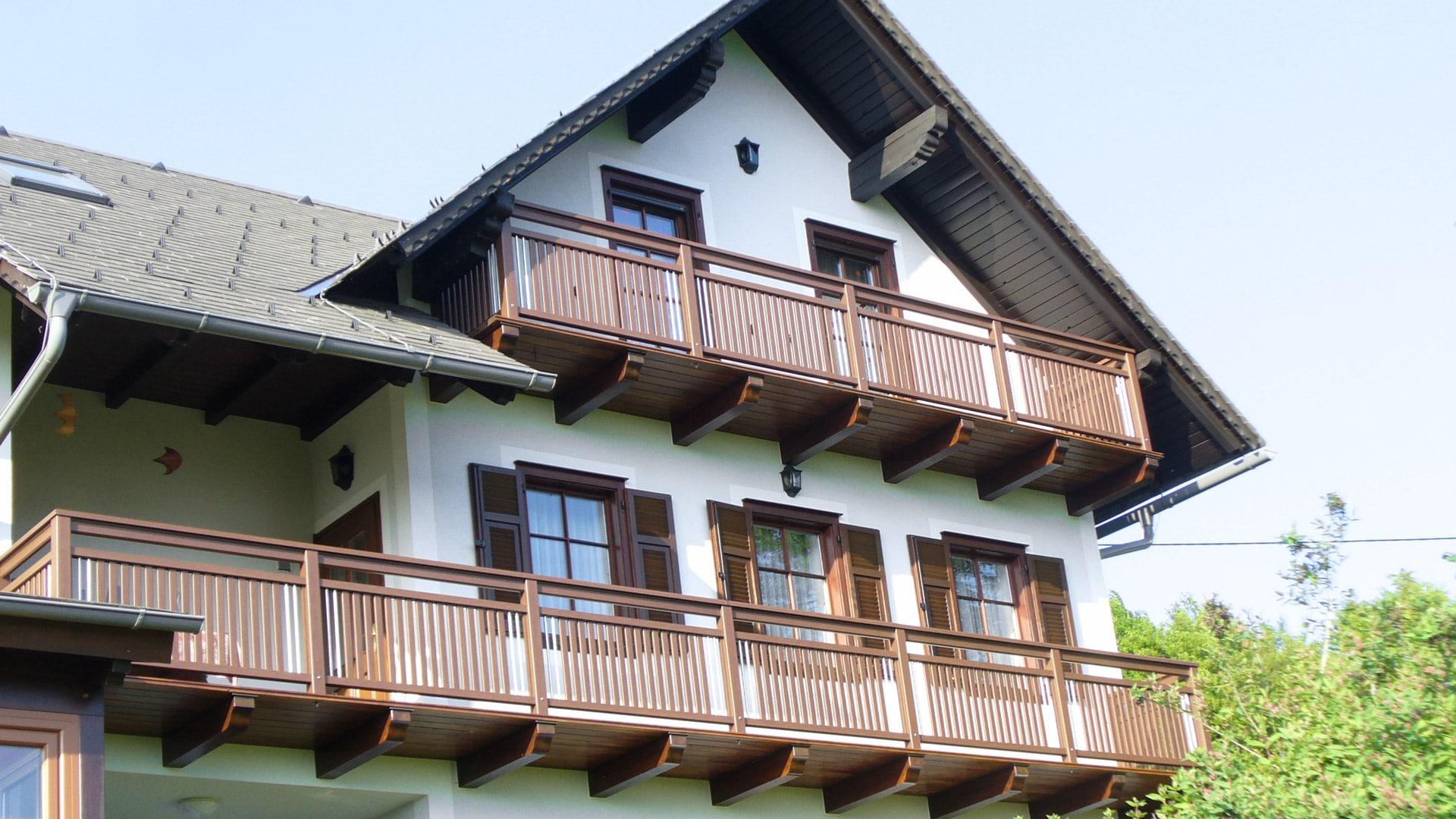 Bad Vöslau 02 H | brauer Alu-Balkon mit senkrechten Alu-Latten und Edelstahl-Dekor-Stäben | Svoboda