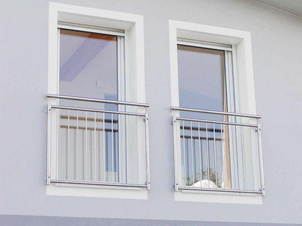 Berlin 11 c | Französischer Balkon aus Edelstahl-Stäben auf Hausmauer befestigt | Svoboda Metall