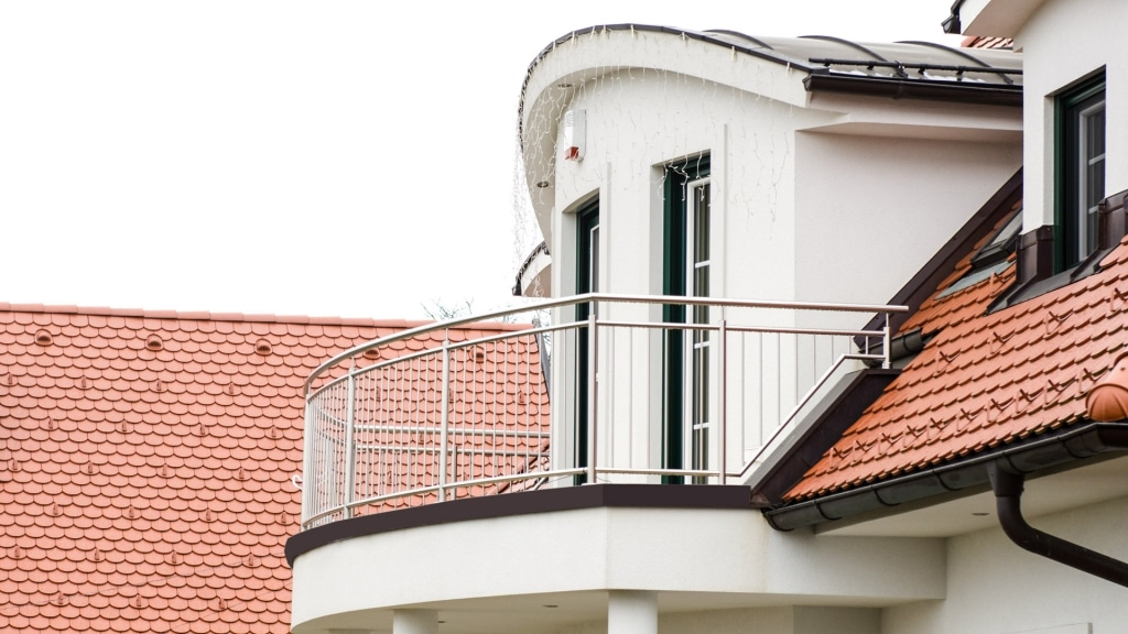 Berlin 18 a   rundes Edelstahlgeländer aus Nirosta-Stäben senkrecht auf Balkon aufgesetzt   Svoboda
