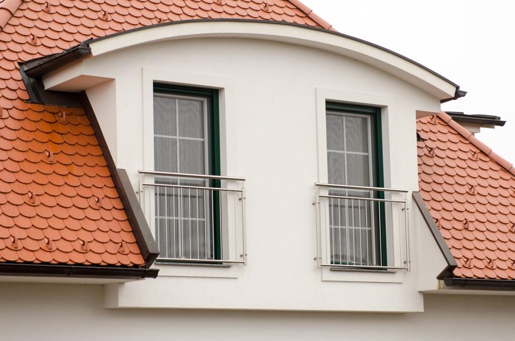 Berlin 18 b   Französisches Geländer aus Nirosta-Rundrohr-Stäben senkrecht bei Fenstern   Svoboda