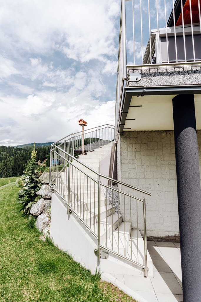 Berlin 32 g | Edelstahl-Stiegengeländer mit senkrechten Stäben bei betonierter Außenstiege | Svoboda
