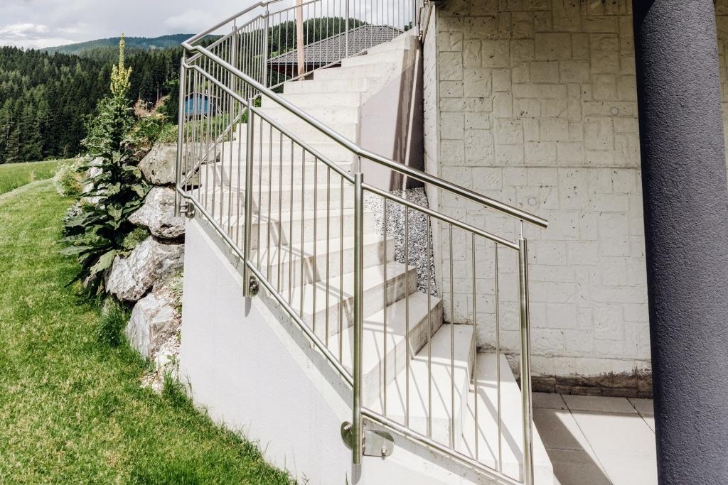 Berlin 32 g | vertikales Edelstahl-Stab-Geländer bei Betonstiege stirnseitig montiert | Svoboda