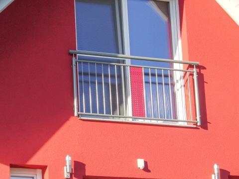 Bludenz 02 | Alu Fenstertüren Absturzsicherung, senkrechte Stäbe grau, rotes Alu-Lochblech | Svoboda