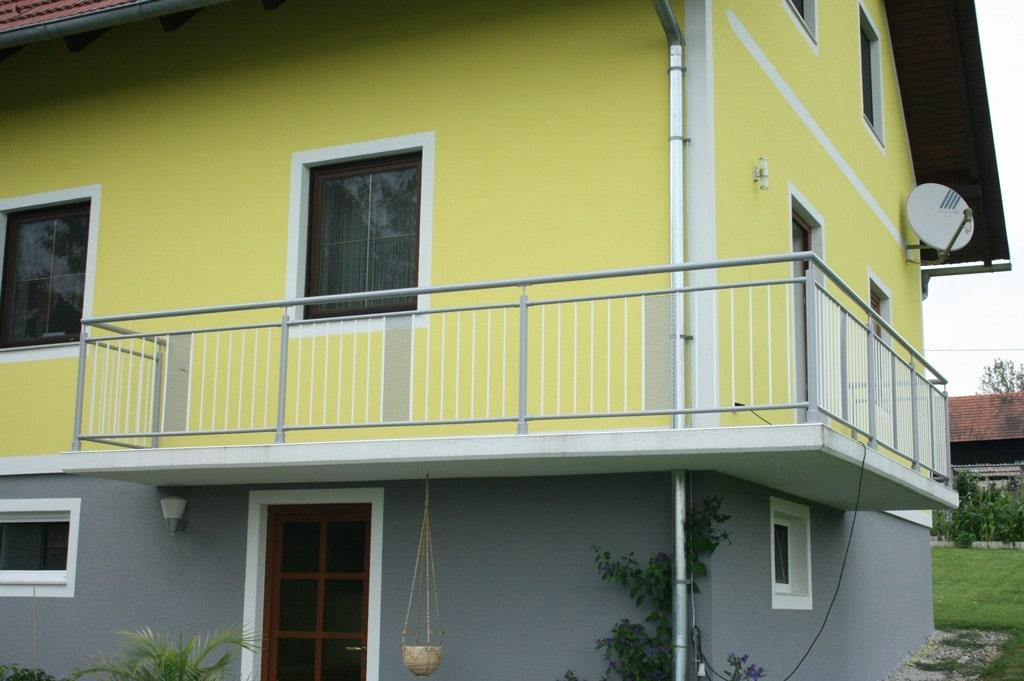 Bludenz 03 a | Rundrohr-Alu-Balkon grau-weiss mit senkrechten Stäben & Alu-Lochblech Dekor | Svoboda
