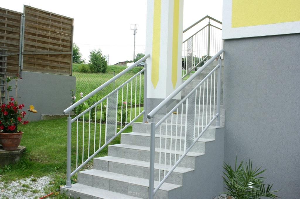 Bludenz 03 b | weiß-graues Aluminium Stiegengeländer, Lochblechdekor, vertikale Alu-Stäbe | Svoboda