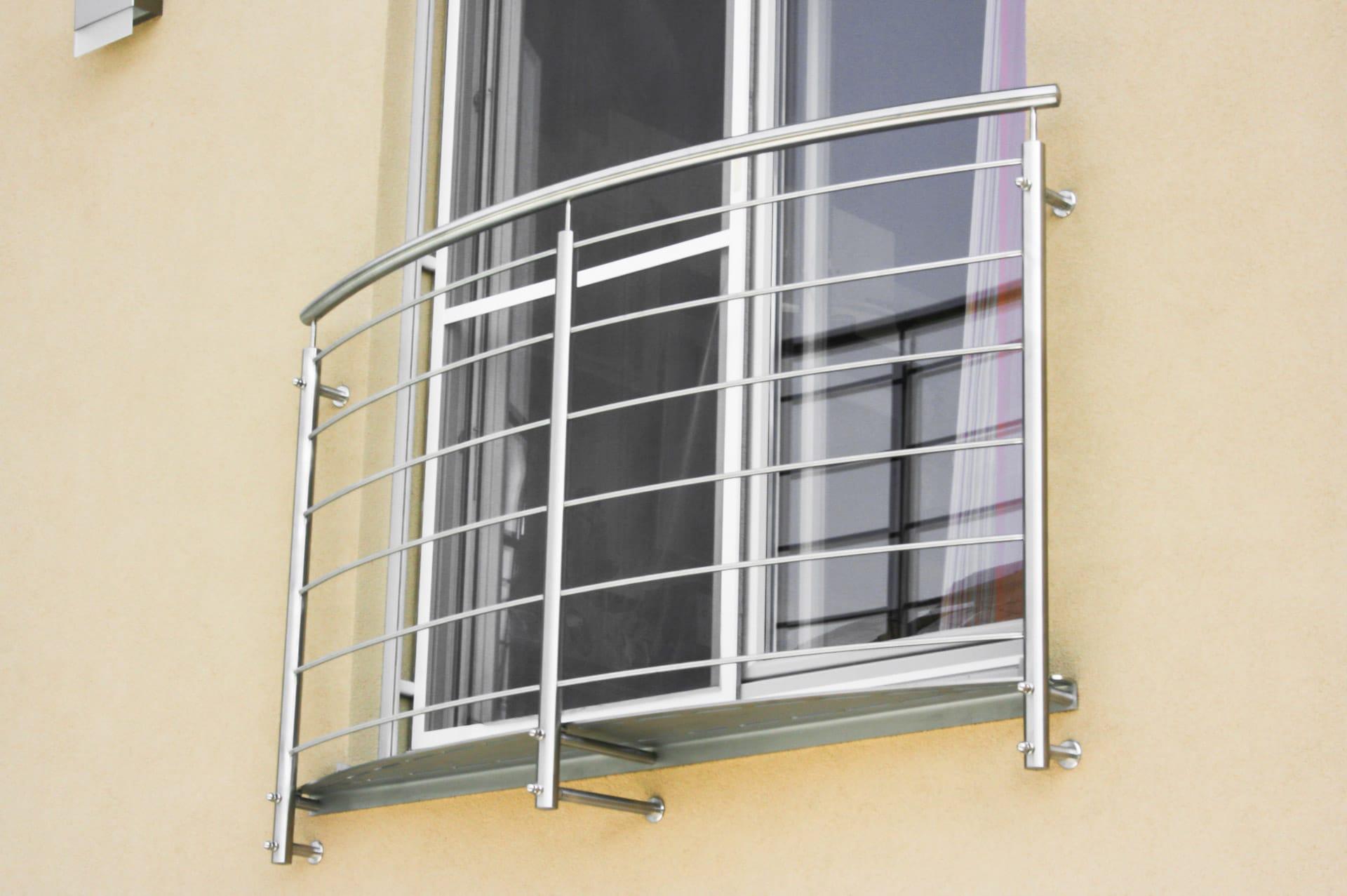 Bochum 04 b   Französisches Geländer bei Fenster, gebogene waagrechte Stäbe, stirnseitig   Svoboda