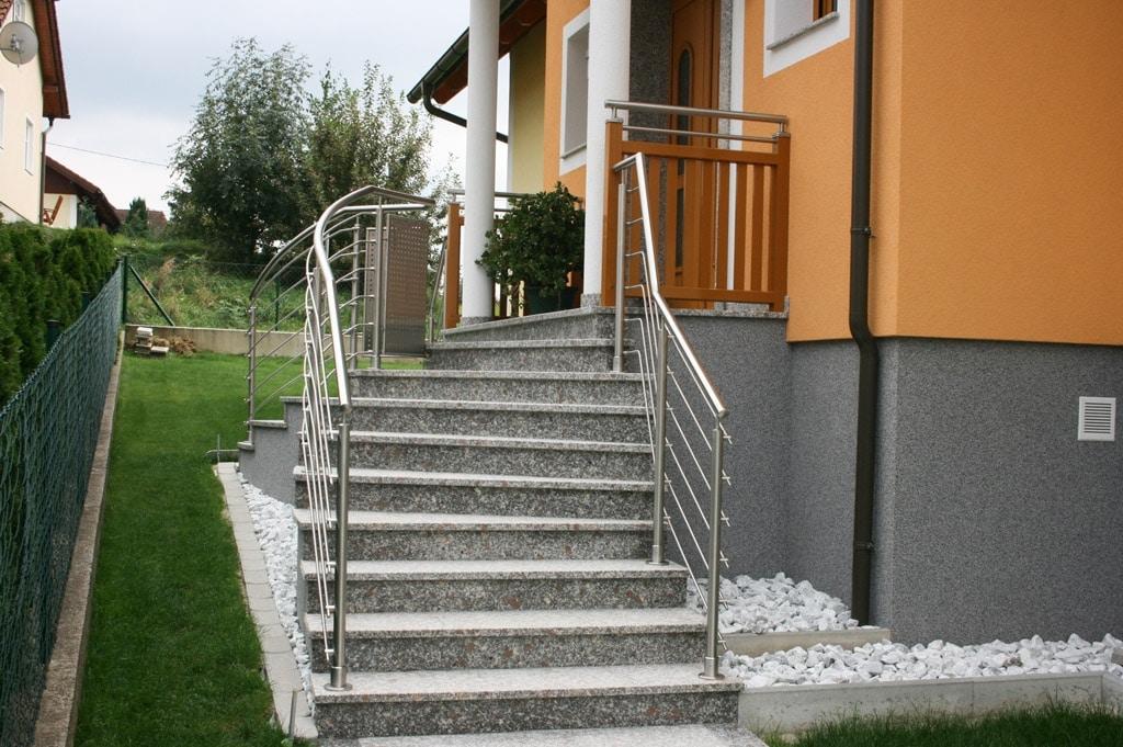 Bochum 05 c | Stiegengeländer mit horizontalen Sprossen aus Nirosta auf Treppen aufgesetzt | Svoboda